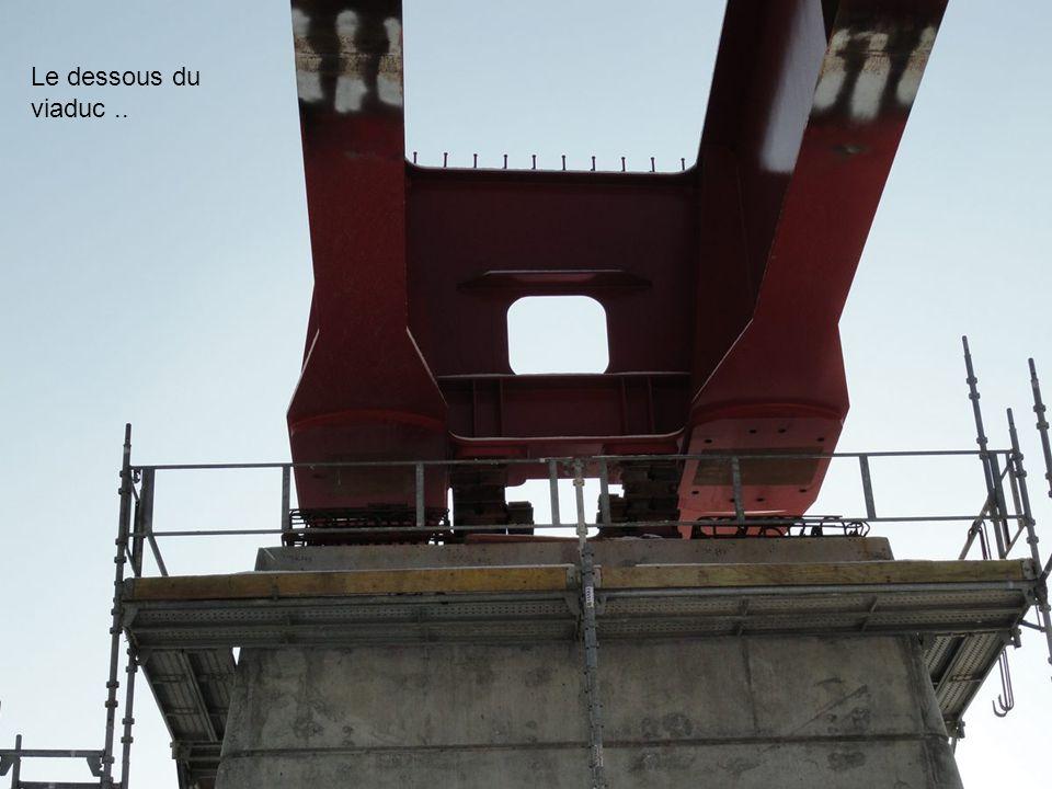 Ici l'intérieur de la partie qui supportera la voie du TGV... elle servira à l'entretien futur du pont... Le TGV passera sur cette partie après la pos