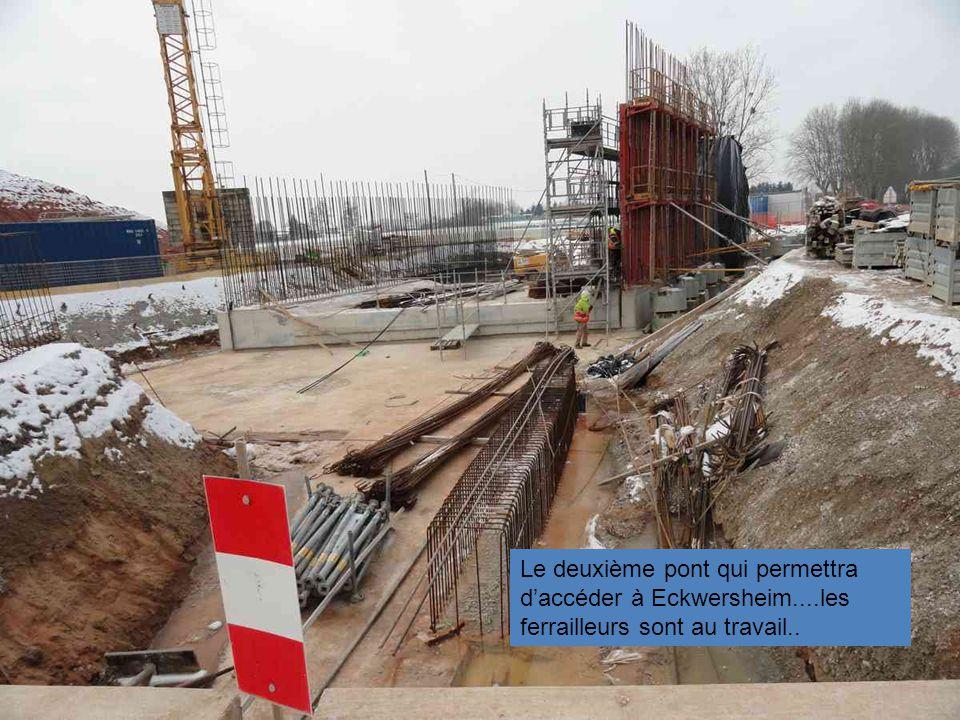 Le 1 er pont vers Eckwersheim en venant de la D263 et au fond le deuxième en construction...