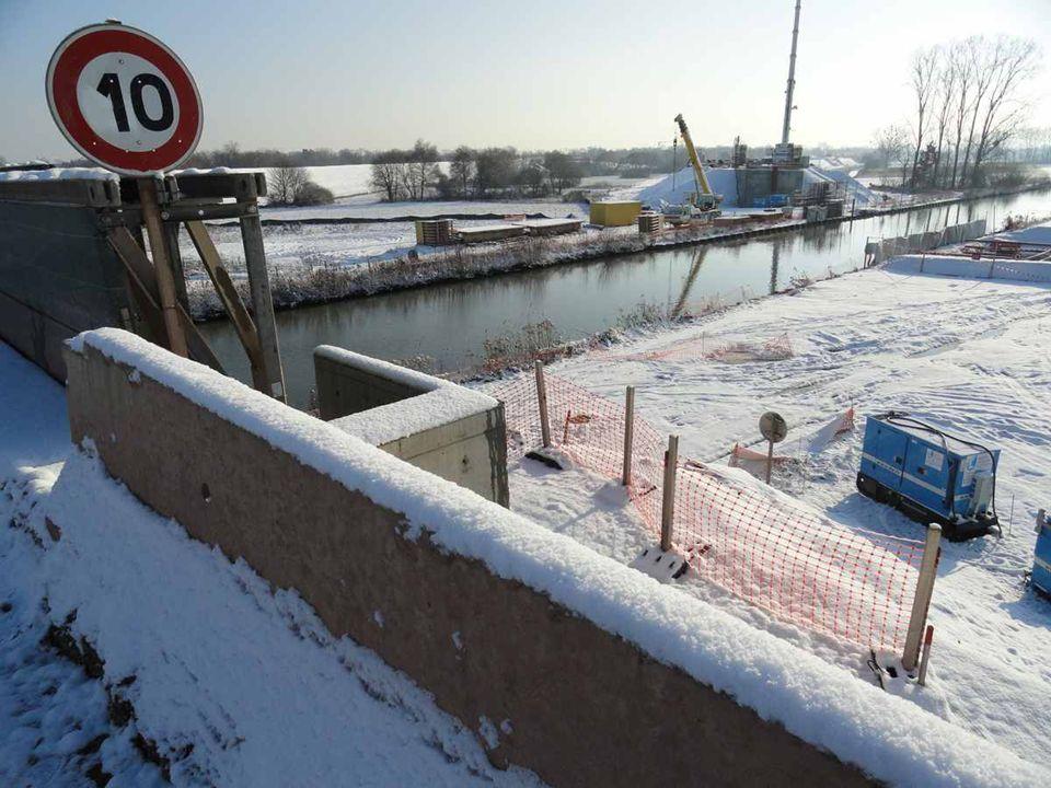 Le chantier du pont sud du passage du canal, à droite le pilier en construction, il descend à 33 mètres sous terre et nécessitera près de 500 mètres c