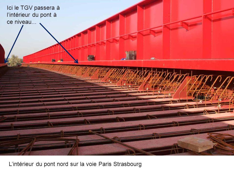 Le pont Nord qui traverse le canal de la Marne au Rhin, nous voyons le treuil qui servira à la mise en place..