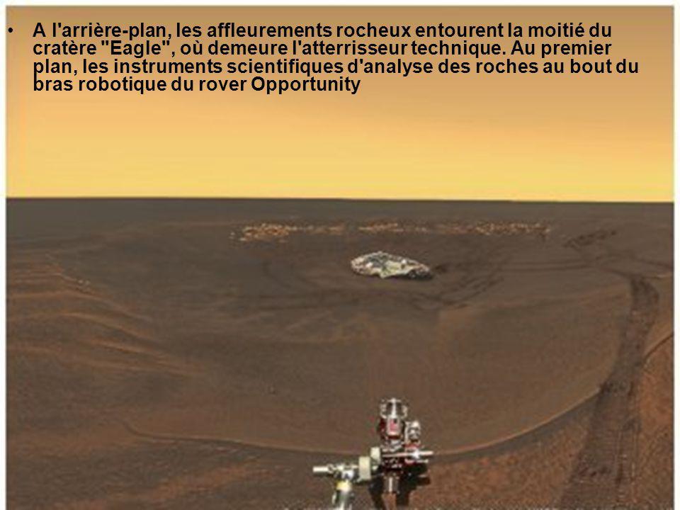 Vue de profil par le rover Spirit, la formation Home Plate avec à l arrière-plan les restes d un petit édifice volcanique