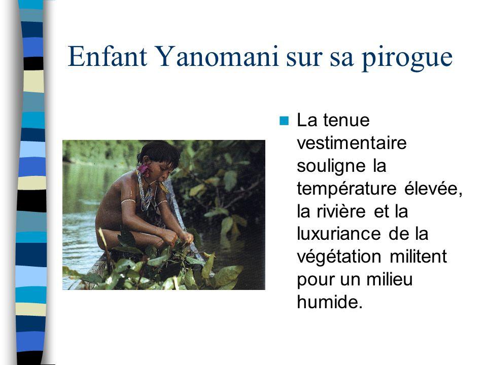 Enfant Yanomani sur sa pirogue La tenue vestimentaire souligne la température élevée, la rivière et la luxuriance de la végétation militent pour un mi