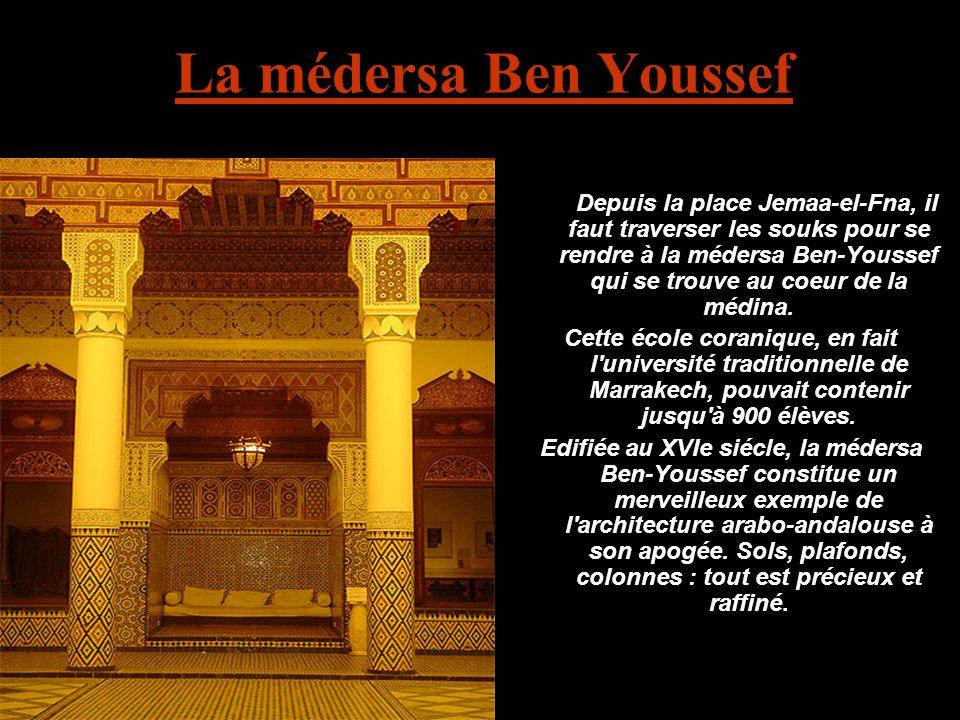 La médersa Ben Youssef Depuis la place Jemaa-el-Fna, il faut traverser les souks pour se rendre à la médersa Ben-Youssef qui se trouve au coeur de la