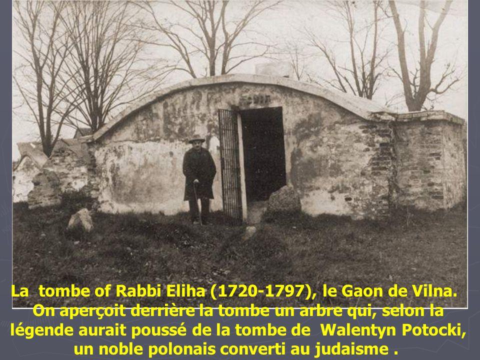 Juifs priants sur la tombe de REMA (Rabbi Moses Isserles) à Lag ba'Omer, le jour anniversaire de sa mort. REMA, mort en 1572, est enterré à Cracovie p