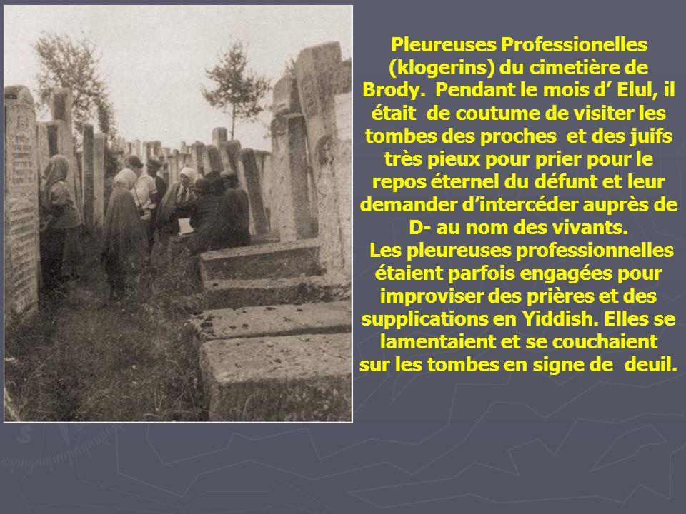 """Famille réunie autour d'une pierre tombale au cimetière Wloszczowa. La pierre tombale porte l'inscription : """" Un homme vertueux, ayant accompli de bon"""