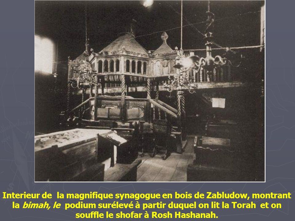Extérieur de la fameuse synagogue en bois du 18 ème siècle de Wolpa. L'intérieur est gravé avec minutie et finement décoré.