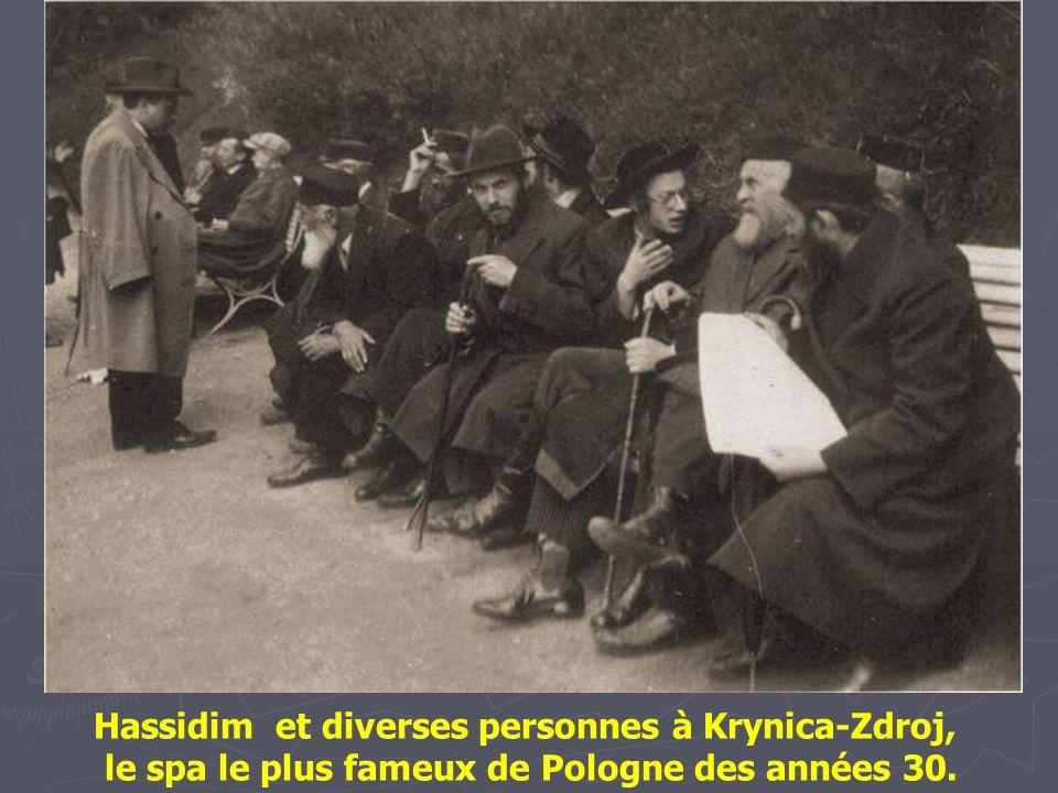 Hassidim à l'extérieur d'une maison de prières un dimanche. Cracovie 1938.
