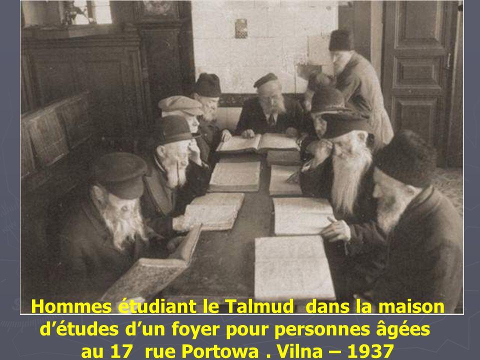 Etudiants de Yeshivah rue Nalewki Varsovie - 1928.