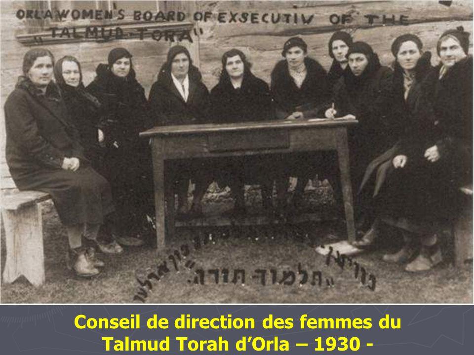 Hommes étudiant le Talmud dans la maison d'études d'un foyer pour personnes âgées au 17 rue Portowa. Vilna – 1937