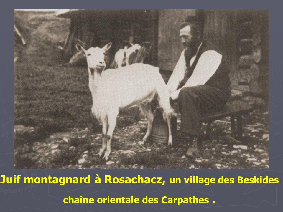 Juifs Montagnards à Rosachacz, un village des Beskides, chaîne orientale des Carpathes.
