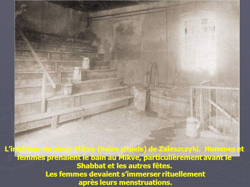 Ezrielke le shames (bedaud) était aussi le shabes-klaper.. Il frappait aux volets pour faire savoir aux gens que Shabbat approchait. Biala 1926
