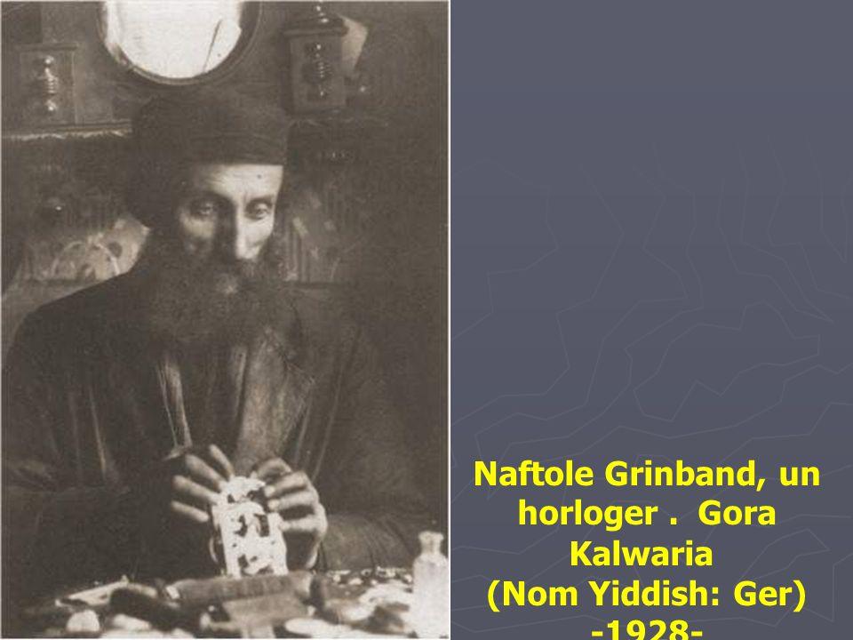 Rabbi Binyomin Graubart, entouré d'enseignants et étudiants du Talmud Torah Mizrahi. Lag baOmer est une fête de printemps commémorant la révolte menée
