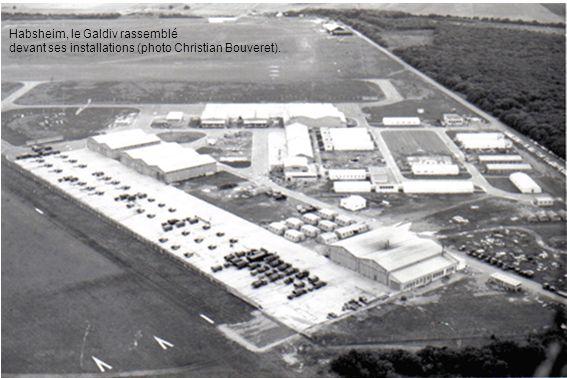 Des Alouette II du peloton d Hélicopères Légers devant leur hangar à Habsheim (photo Paul Bannwarth).