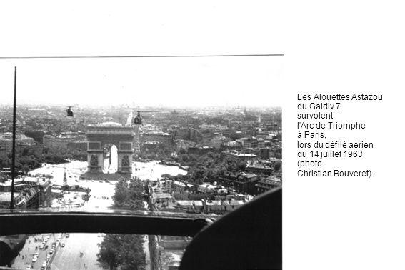 Les Alouettes Astazou du Galdiv 7 survolent l'Arc de Triomphe à Paris, lors du défilé aérien du 14 juillet 1963 (photo Christian Bouveret).