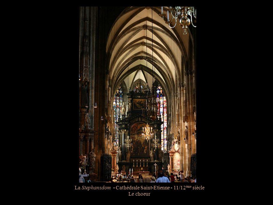 La Stephansdom - Cathédrale Saint-Etienne - 11/12 ème siècle La nef de 170m de long par 39m de large