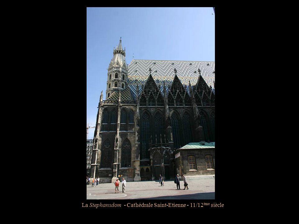 La Stephansdom - Cathédrale Saint-Etienne - 11/12 ème siècle La toiture, composée de 250.000 tuiles, représente l'Aigle bicéphale, symbole de l'empire