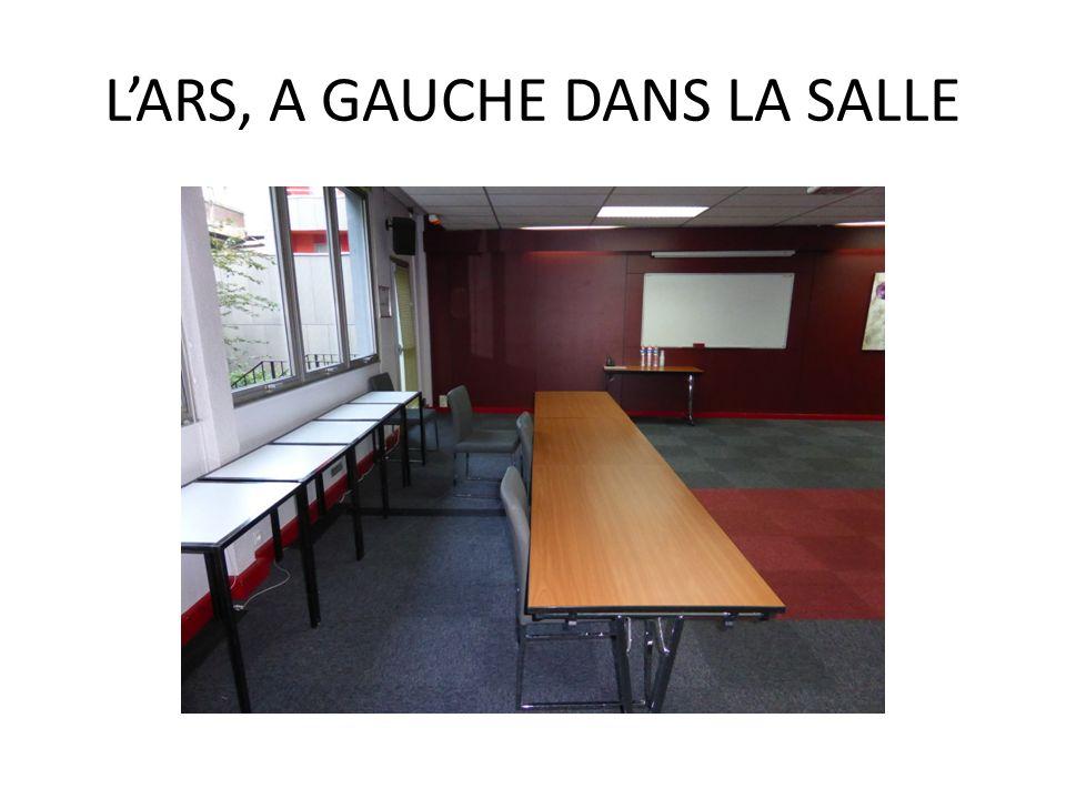 L'ARS, A GAUCHE DANS LA SALLE