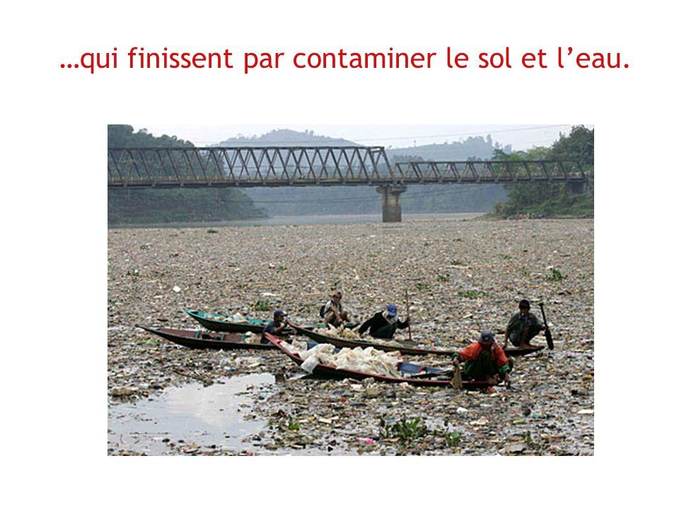 …qui finissent par contaminer le sol et l'eau.