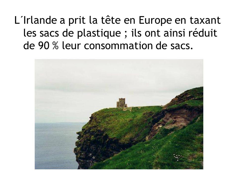 L´Irlande a prit la tête en Europe en taxant les sacs de plastique ; ils ont ainsi réduit de 90 % leur consommation de sacs.