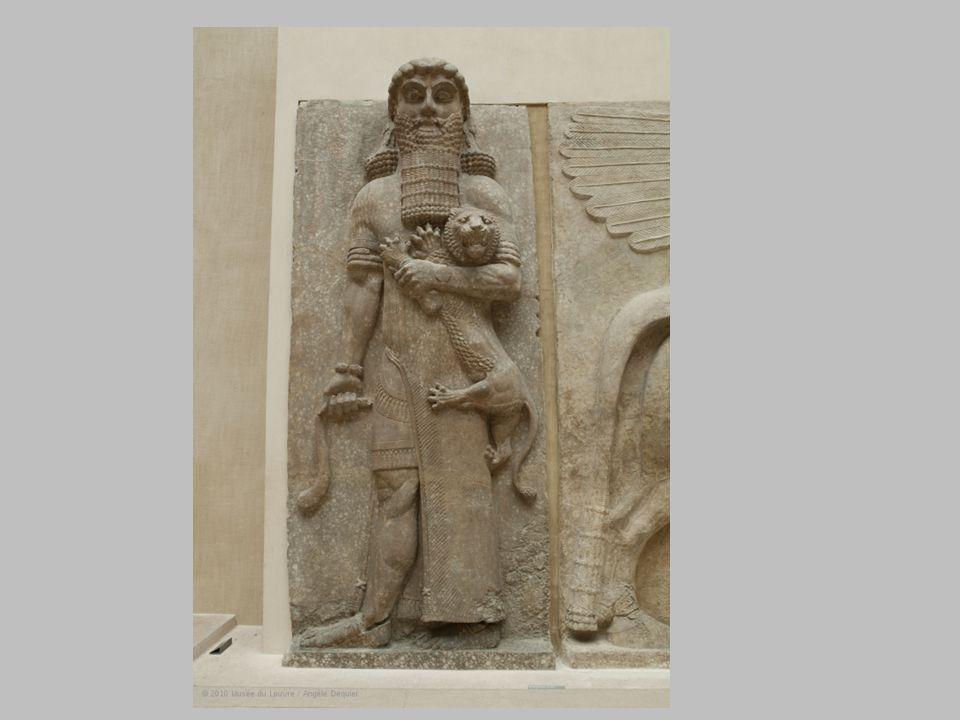 Héros maîtrisant un lion dit « Gilgamesh » L'œuvre en pierre mesure 5,52 mètres de hauteur et 2,18 mètres de longueur Elle a été réalisée au 8 ème siècle av JC (713-706 av.