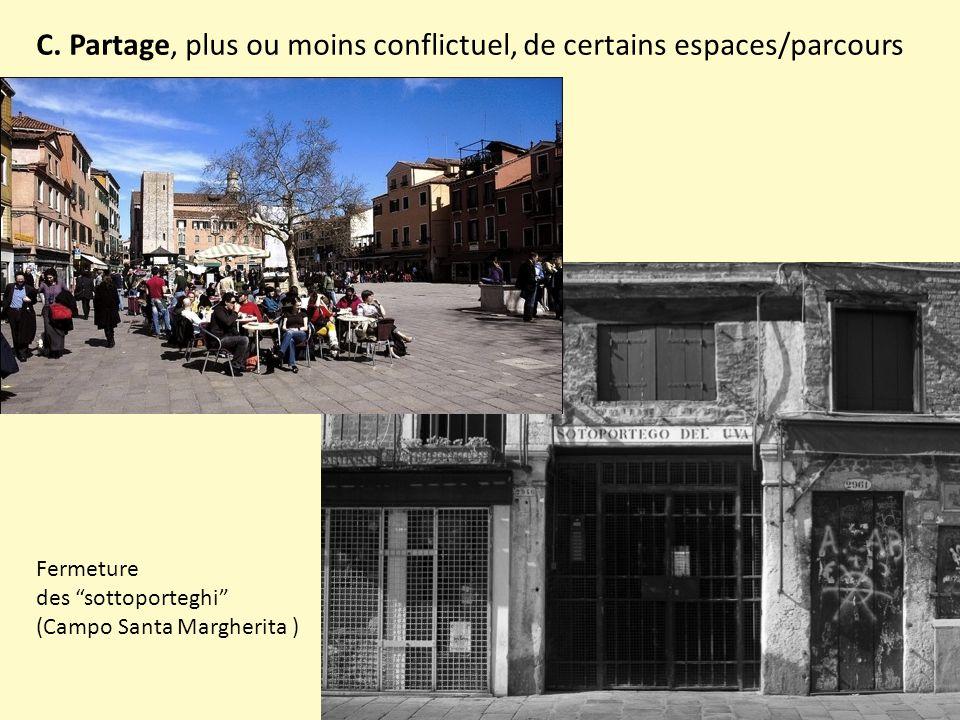 """C. Partage, plus ou moins conflictuel, de certains espaces/parcours Fermeture des """"sottoporteghi"""" (Campo Santa Margherita )"""