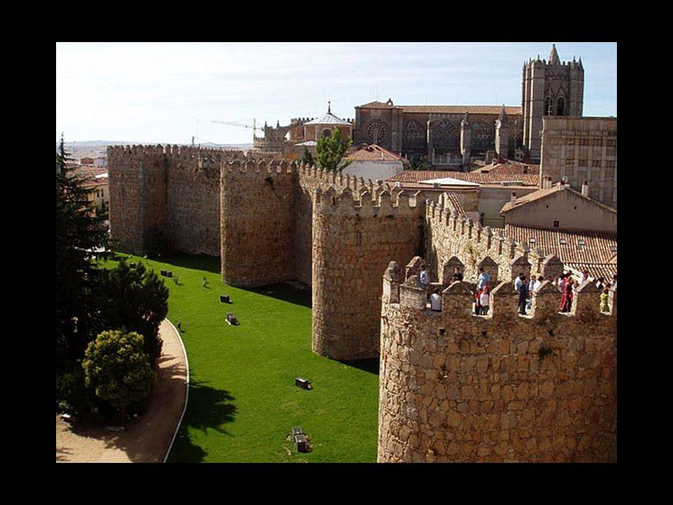 La ville d'Avila en Castille-et-Leon, située à 1.180 mètres d'altitude, dans une enclave rocheuse, est la capitale d'une province la plus haute d'Espagne.
