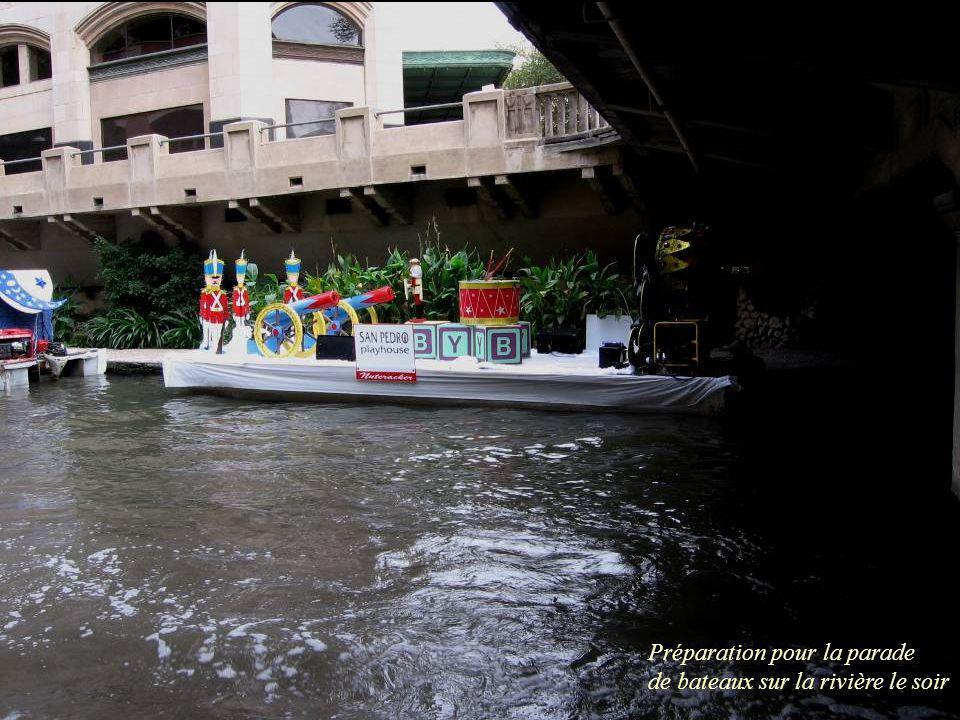 Préparation pour la parade de bateaux sur la rivière le soir