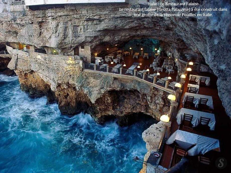 Italie : Le Restaurant Falaise Le restaurant falaise (Grotta Palazzese) a été construit dans une grotte de la région de Pouilles en Italie.