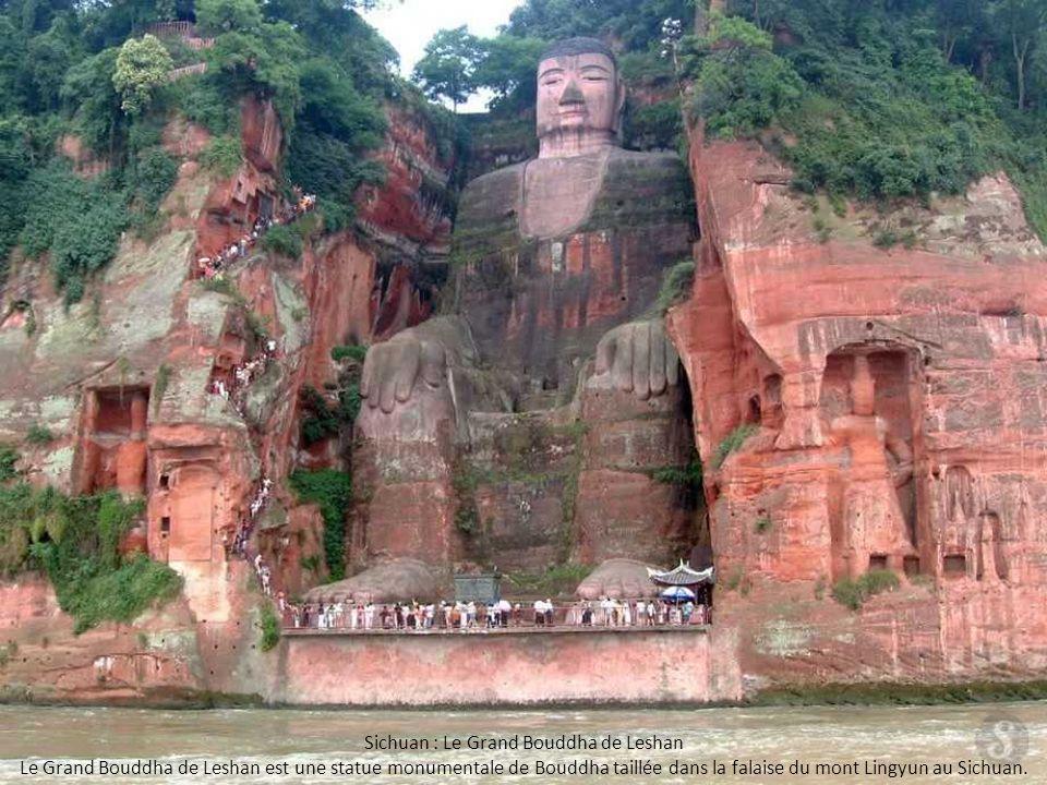 Sichuan : Le Grand Bouddha de Leshan Le Grand Bouddha de Leshan est une statue monumentale de Bouddha taillée dans la falaise du mont Lingyun au Sichu