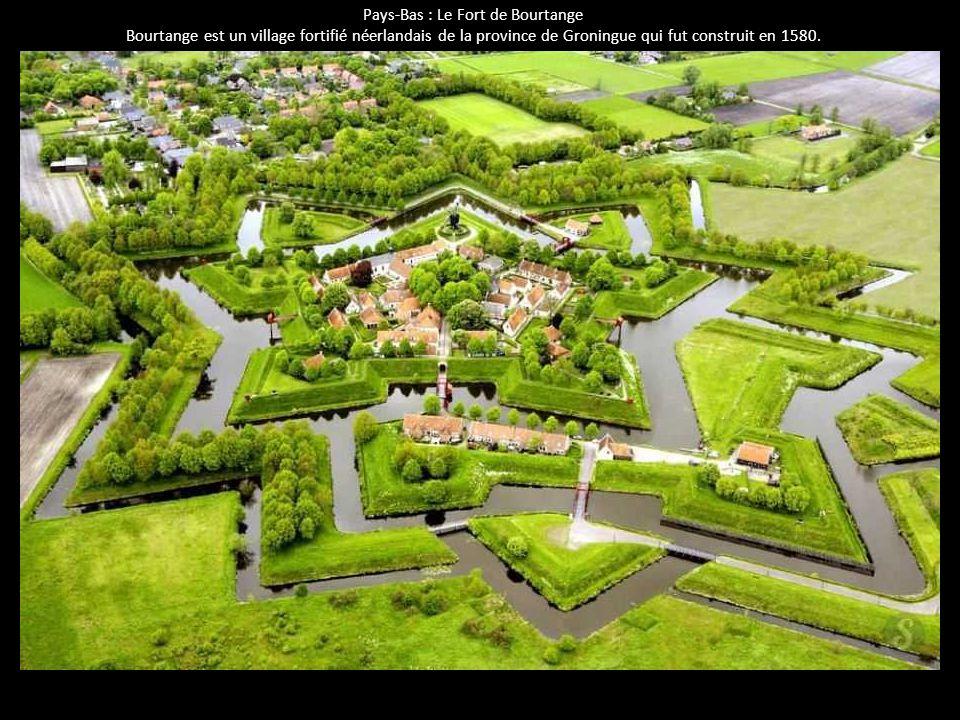 Pays-Bas : Le Fort de Bourtange Bourtange est un village fortifié néerlandais de la province de Groningue qui fut construit en 1580.