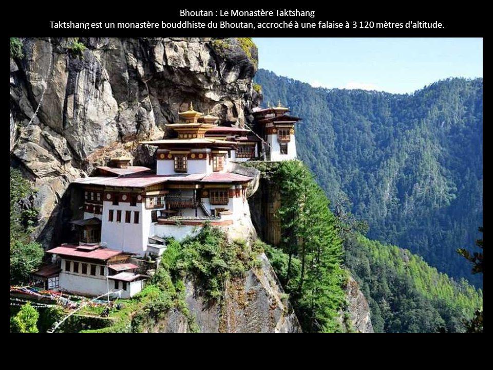 Bhoutan : Le Monastère Taktshang Taktshang est un monastère bouddhiste du Bhoutan, accroché à une falaise à 3 120 mètres d'altitude.