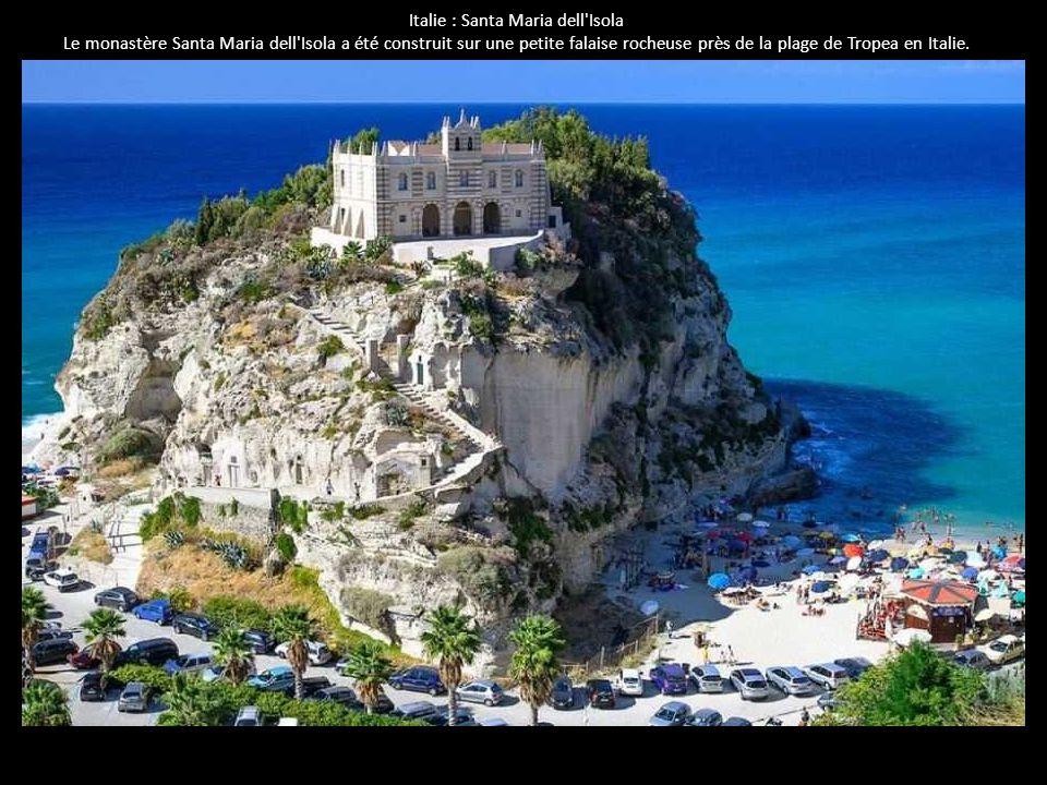 Italie : Santa Maria dell'Isola Le monastère Santa Maria dell'Isola a été construit sur une petite falaise rocheuse près de la plage de Tropea en Ital