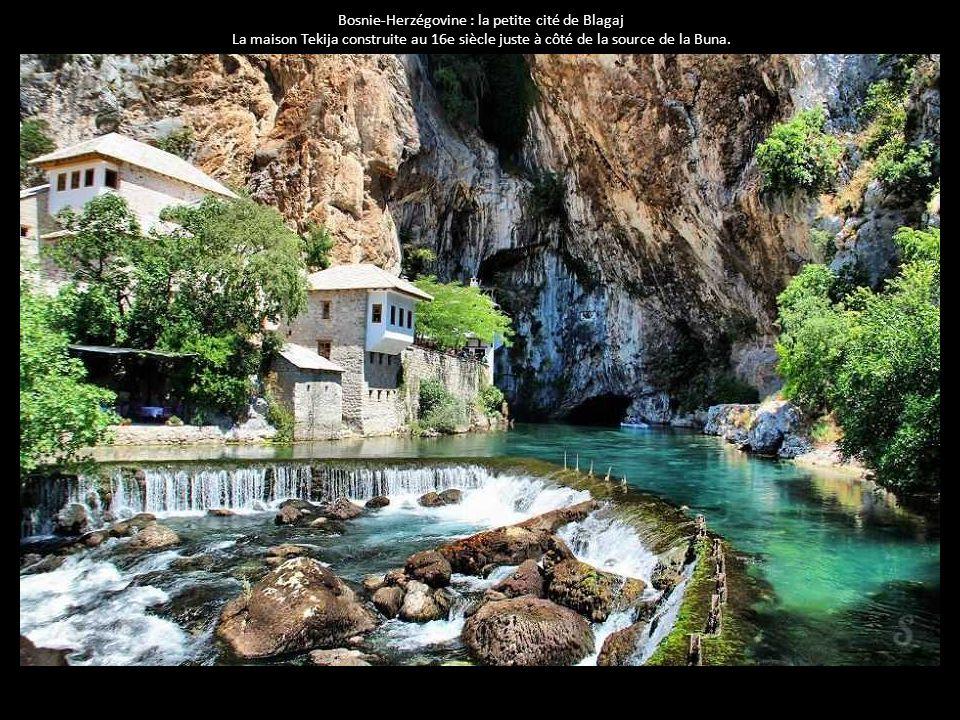 Bosnie-Herzégovine : la petite cité de Blagaj La maison Tekija construite au 16e siècle juste à côté de la source de la Buna.
