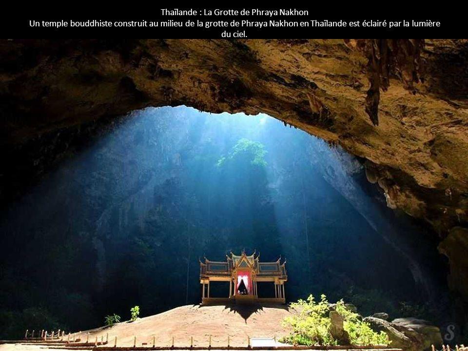 Thaïlande : La Grotte de Phraya Nakhon Un temple bouddhiste construit au milieu de la grotte de Phraya Nakhon en Thaïlande est éclairé par la lumière