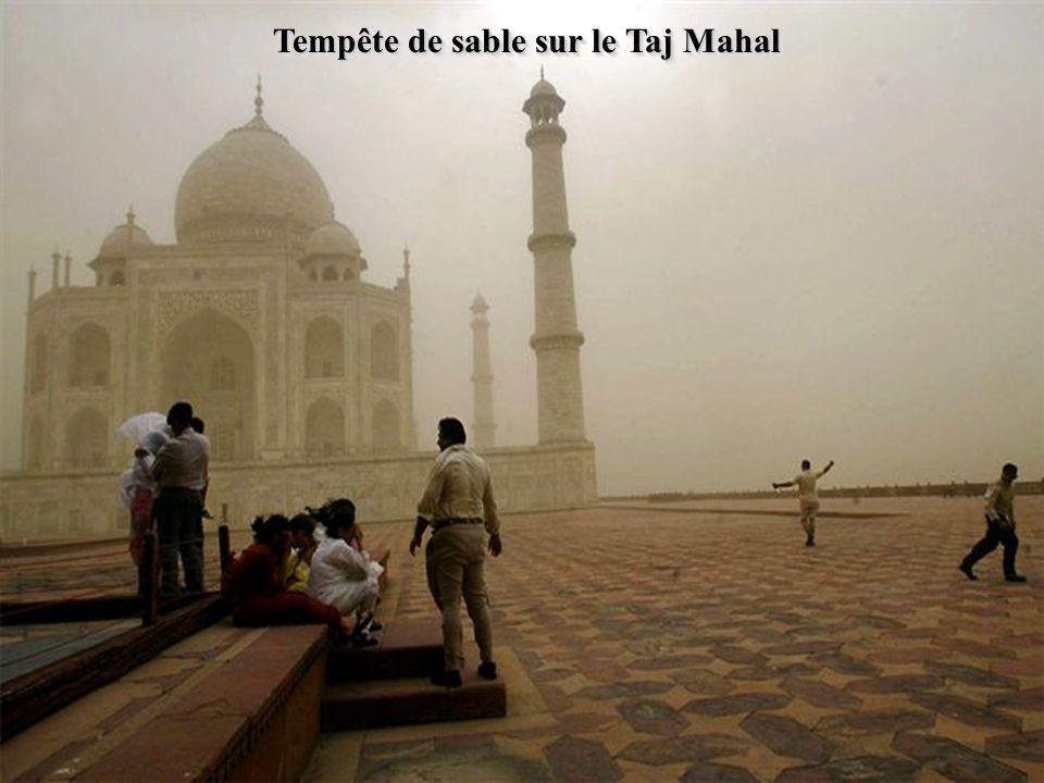 Tempête de sable sur le Taj Mahal