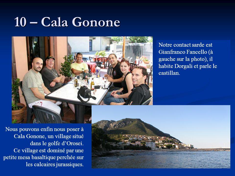 10 – Cala Gonone Nous pouvons enfin nous poser à Cala Gonone, un village situé dans le golfe d'Orosei. Ce village est dominé par une petite mesa basal