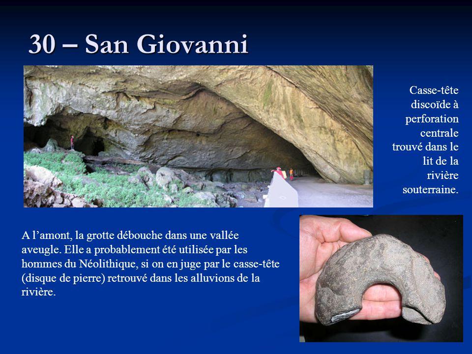 30 – San Giovanni A l'amont, la grotte débouche dans une vallée aveugle. Elle a probablement été utilisée par les hommes du Néolithique, si on en juge