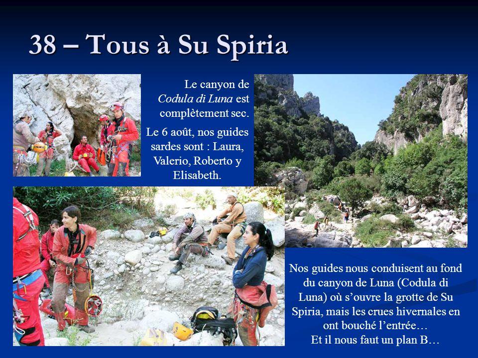 38 – Tous à Su Spiria Nos guides nous conduisent au fond du canyon de Luna (Codula di Luna) où s'ouvre la grotte de Su Spiria, mais les crues hivernal