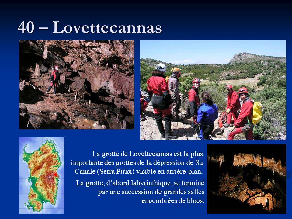 40 – Lovettecannas La grotte de Lovettecannas est la plus importante des grottes de la dépression de Su Canale (Serra Pirisi) visible en arrière-plan.