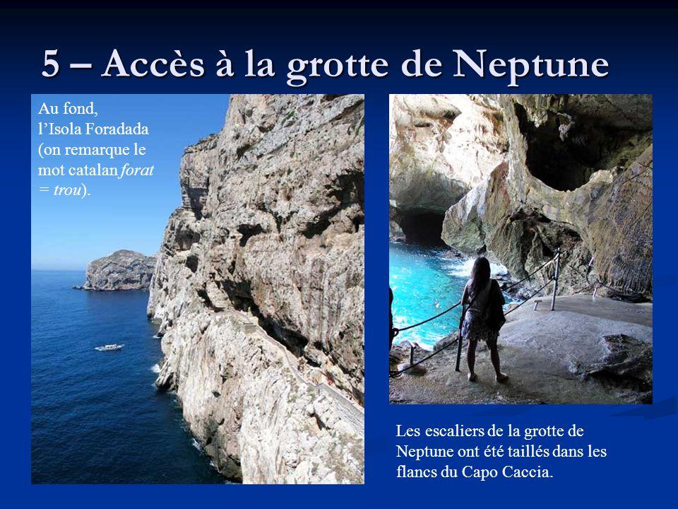 5 – Accès à la grotte de Neptune Les escaliers de la grotte de Neptune ont été taillés dans les flancs du Capo Caccia. Au fond, l'Isola Foradada (on r