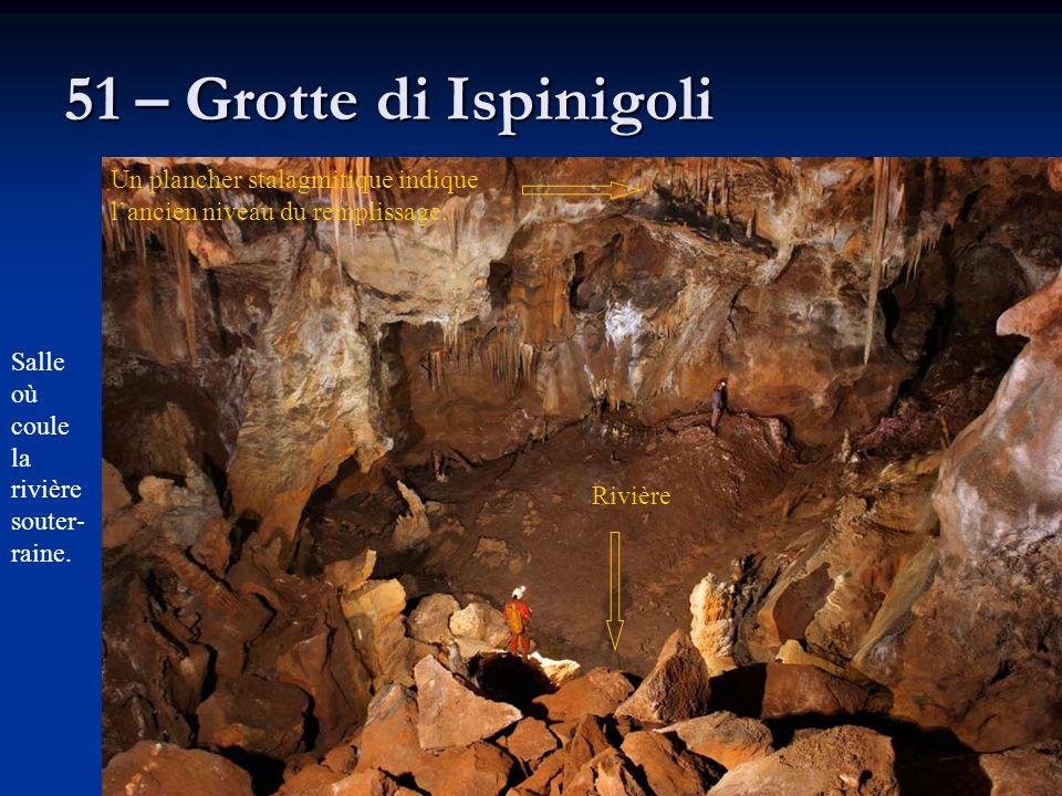 51 – Grotte di Ispinigoli Un plancher stalagmitique indique l'ancien niveau du remplissage. Salle où coule la rivière souter- raine. Rivière