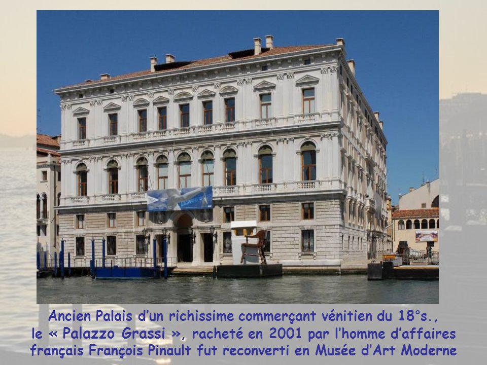 Balade en « vaporetto » sur le Grand Canal avec passage sous le pont de « l'Academia » menant au Musée de l'Académie Pont métallique construit par l'armée autrichienne occupant Venise en 1854, il fut remplacé par un pont en bois en 1933