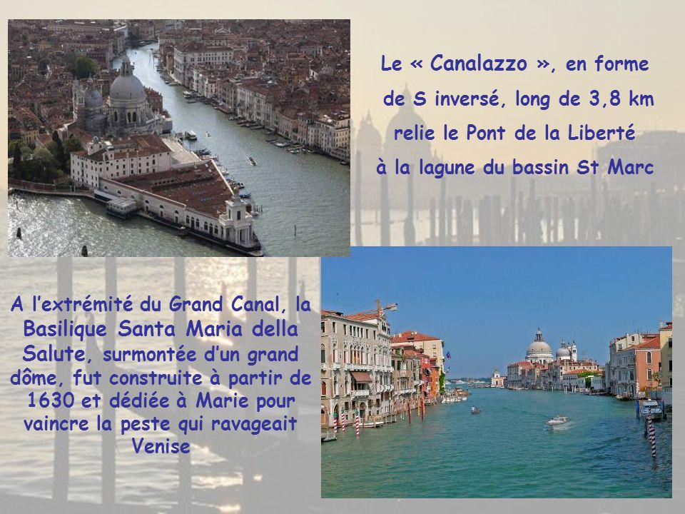 Du 14° au 19° s., le Pont piéton du Rialto, long de 48 m sur le Grand Canal, constituait l'unique liaison entre les « sestieri » de San Polo et de San Marco Reconstruit en pierre d'Istrie en 1590, ce pont à arche unique offre 3 passages piétons, un au centre installé le long des 12 arches entre 2 rangées de boutiques, et 2 de chaque côté des échoppes à souvenirs, menant au « souk » à ciel ouvert