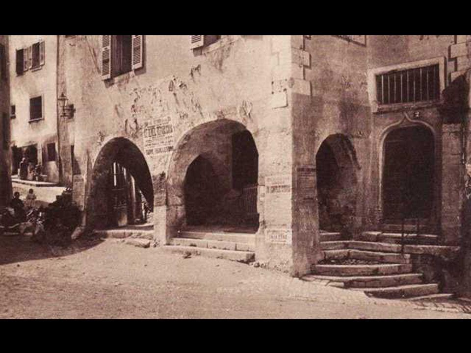 Les arcades des anciennes halles et la montée à la place du château.