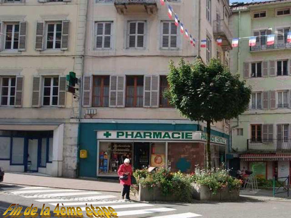 A l'angle de la place, la Pharmacie centrale existe toujours.