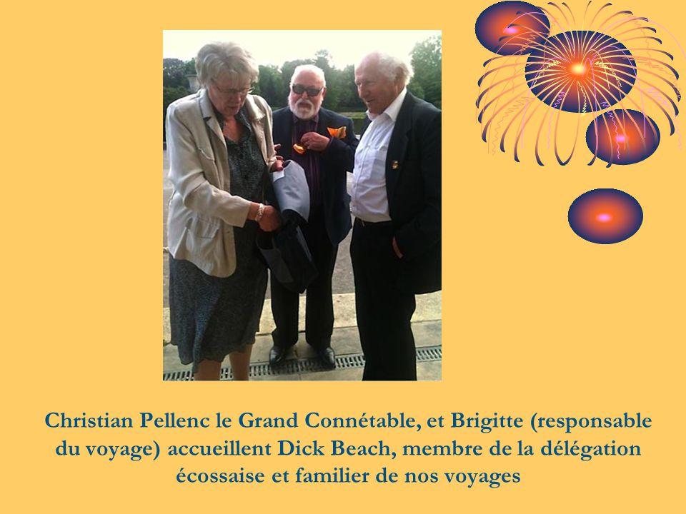 Christian Pellenc le Grand Connétable, et Brigitte (responsable du voyage) accueillent Dick Beach, membre de la délégation écossaise et familier de no