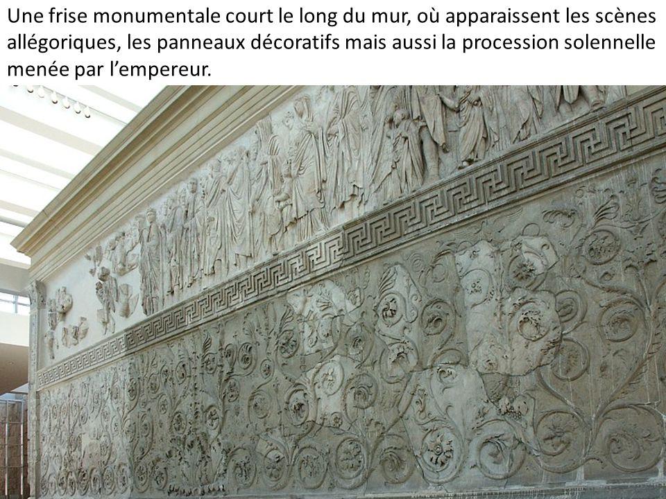 Une frise monumentale court le long du mur, où apparaissent les scènes allégoriques, les panneaux décoratifs mais aussi la procession solennelle menée