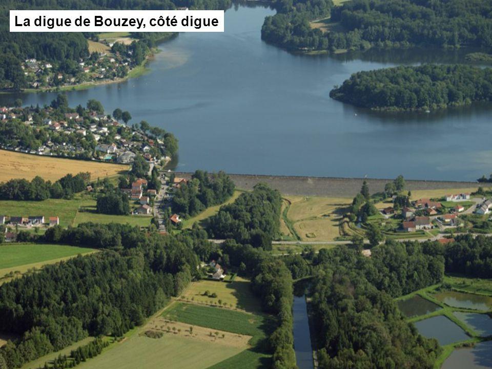 La digue de Bouzey, côté lac La digue de Bouzey, côté digue