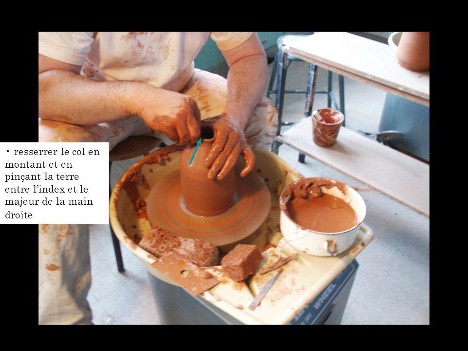 resserrer le col en montant et en pinçant la terre entre l'index et le majeur de la main droite