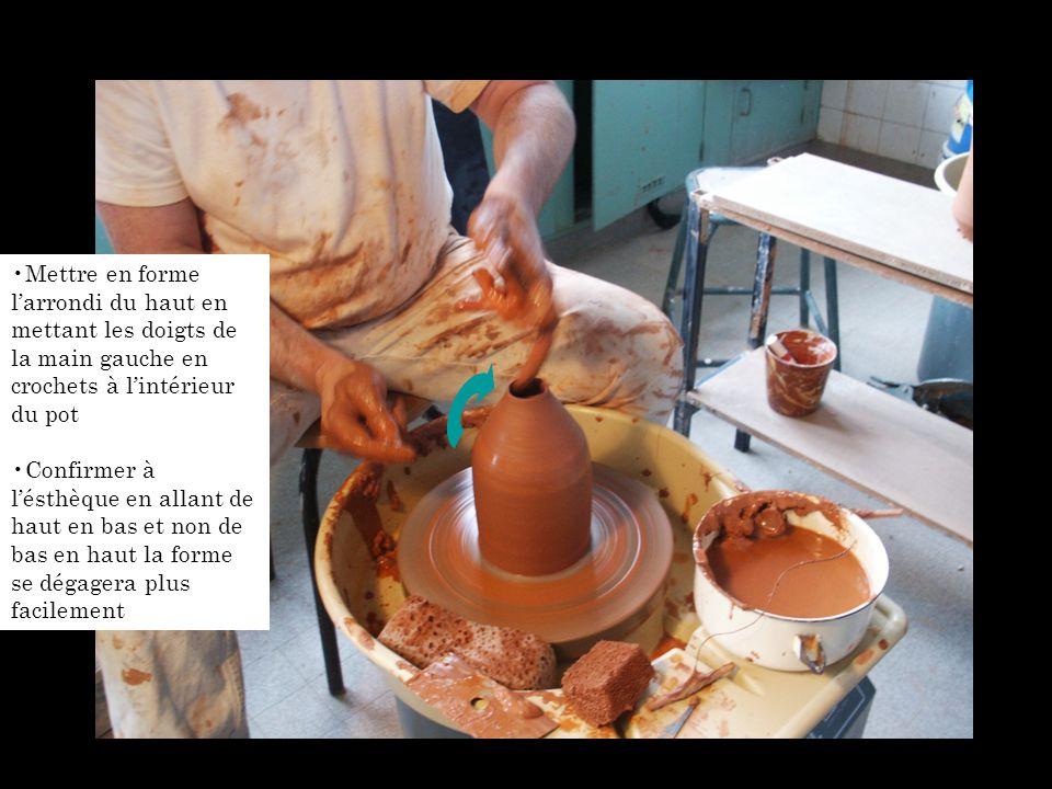 Mettre en forme l'arrondi du haut en mettant les doigts de la main gauche en crochets à l'intérieur du pot Confirmer à l'ésthèque en allant de haut en bas et non de bas en haut la forme se dégagera plus facilement